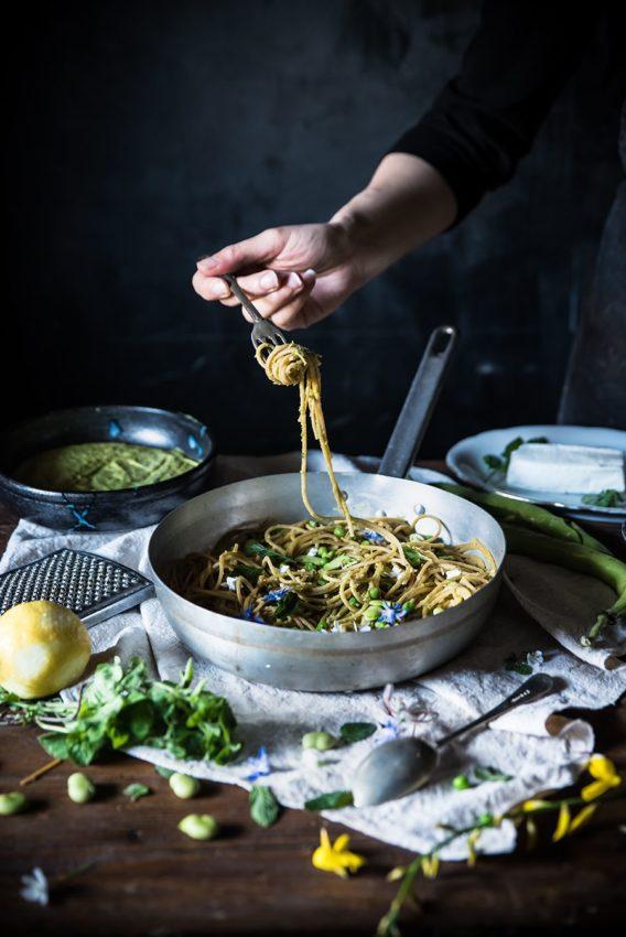 Spaghetti con crema di piselli, caprino e fave fresche-Spaghetti with cream of peas, caprino…