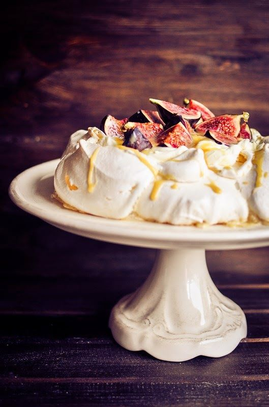 Pavlova with figs, mascarpone and caramel